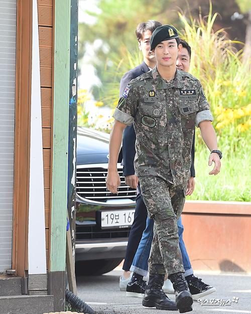 Sáng 1/7, Kim So Hyun xuất ngũ sau khi hoàn thành nghĩa vụ quân sự tại Tiểu đoàn trinh sát số một khu Đường phân giới quân sự và Đường giới hạn phía Nam Hàn Quốc.