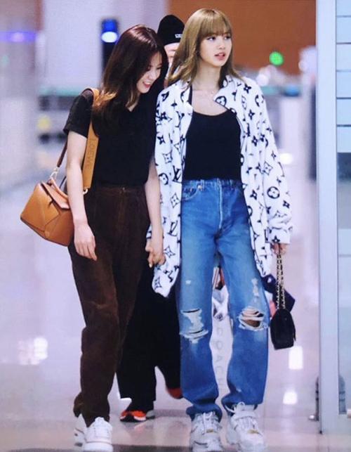 Cây đồ Lisa mặc ra sân bay gồm áo thun đen, quần jeans rách trông không quá đặc biệt.