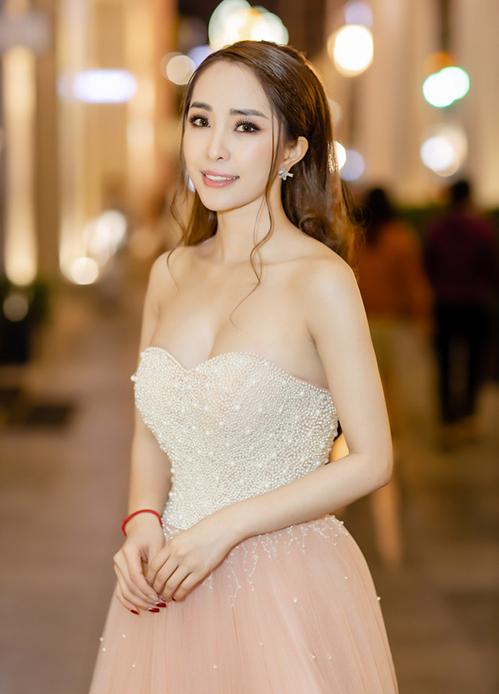 Thời trang dự tiệc của nữ diễn viên cũng rất quyến rũ, tôn lên ngực đầy, eo thon.