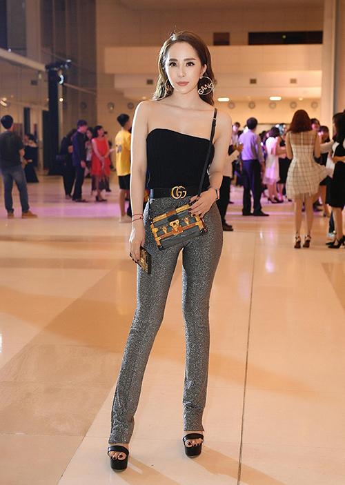 Thân hình không mỡ thừa giúp Quỳnh Nga tự tin diện trang phục ôm dáng. Cô yêu thíchcombo áo bó sát đi cùng quần skinny - những trang phục kén người mặc.