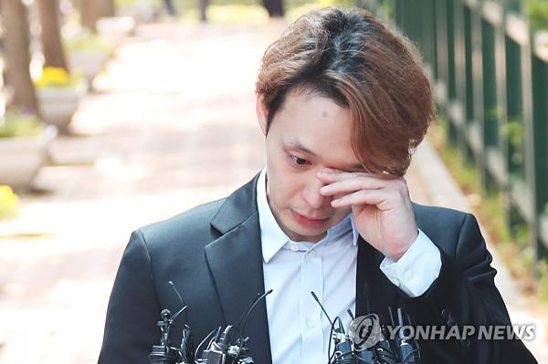 Park Yoo Chun bật khóc phát biểu trước truyền thông sau khi nhận bản án.