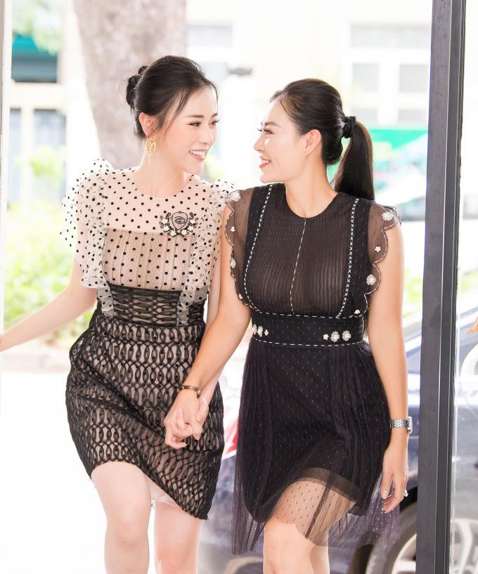 """<p> Cuối tuần qua, diễn viên Phương Oanh và Thanh Hương cùng đến showroom thử đồ cho buổi ra mắt bộ sưu tập """"Mơ"""" của nhà thiết kế Nguyễn Quảng. </p>"""