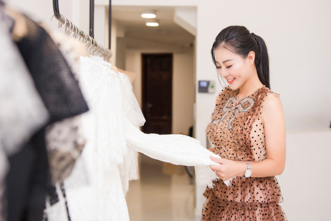 <p> Thanh Hương ấn tượng với những mẫu váy hai dây, cắt xẻ gợi cảm.</p>