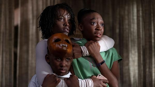 Evan Alex và Shahadi Wright Joseph vàLupita Nyongo (áo trắng) trong một cảnh phim.