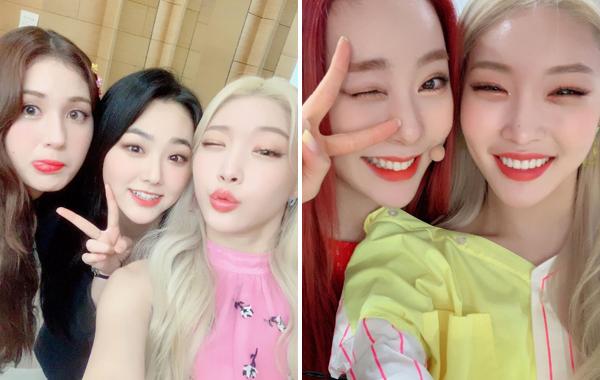 Chung Ha (tóc vàng) cười tít mắt khi hội ngộ cùng những người bạn I.O.I là Somi, Mina (tóc đen) và Yeon Jung (tóc đỏ).