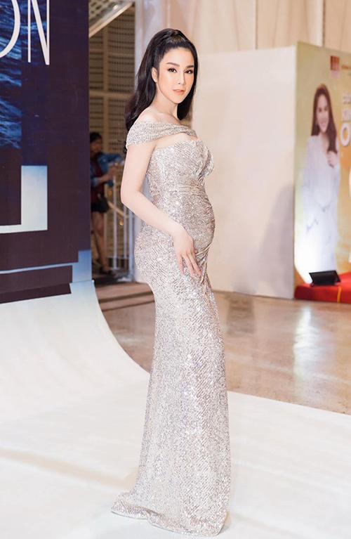 Ngay cả khi đi sự kiện cùng bụng bầu vượt mặt, Diệp Lâm Anh vẫn khéo chọn trang phụctôn lên vẻ quyến rũ.