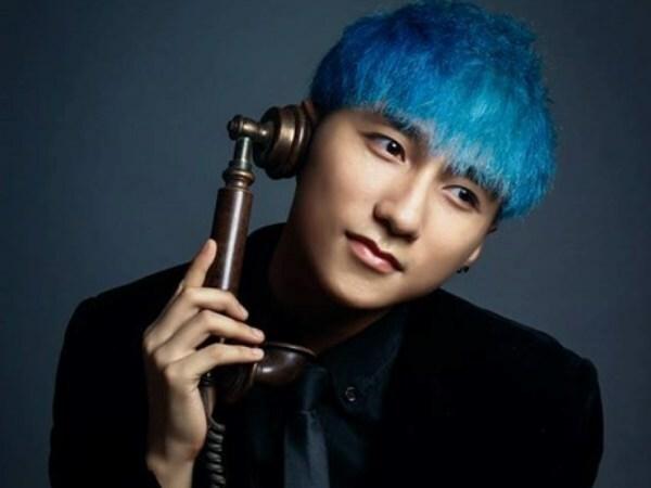 Từ Em của ngày hôm qua (2014), Sơn Tùng bắt đầu để lại dấu ấn phong cách cá nhân rất rõ nét trong các sản phẩm âm nhạc. Không còn giữ style an toàn, từ đây anh chàng chuyển qua thử nghiệm những kiểu tóc nhuộm màu nổi. Màu tóc chất chơi đầu tiên Sơn Tùng từng để là tông xanh coban.
