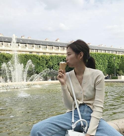 Jennie chia sẻ khoảnh khắc đáng yêu khi ăn kem ở Paris.