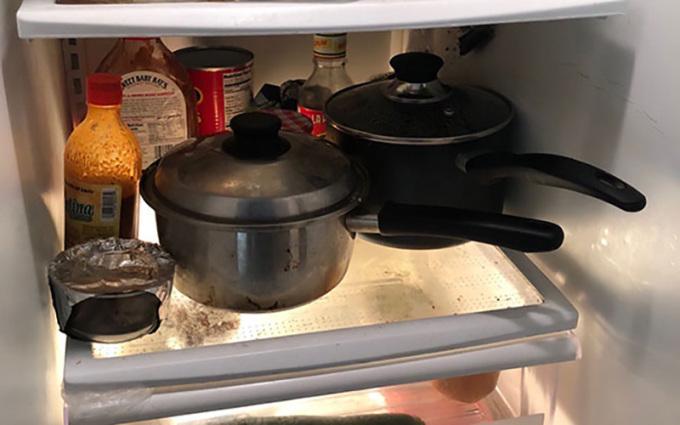 """<p> Thay vì bỏ đồ ăn vào bát và bọc kín, những người bừa bộn thường """"đẩy nhanh tiến độ"""" bằng cách cho nguyên cả nồi, chảo vào trong tủ lạnh.</p>"""