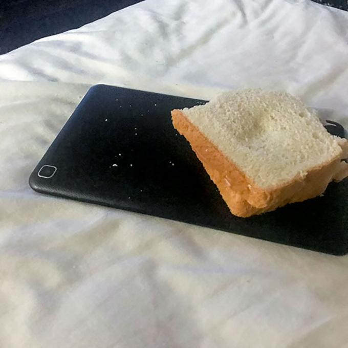 <p> Với người bừa bộn, điện thoại, quyển sách,... đều có thể trở thành miếng lót để thức ăn.</p>