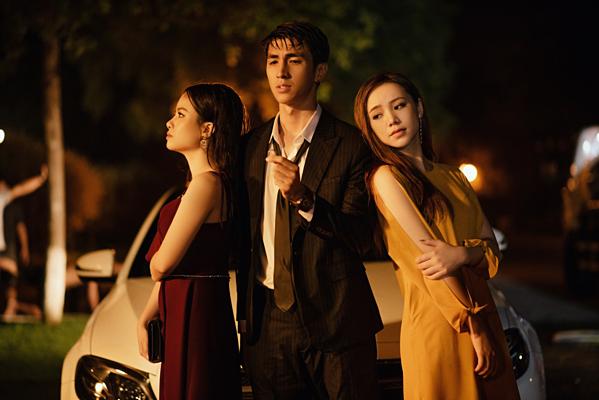 Dương Hoàng Yến (ngoài cùng bên trái) trong MV mới.