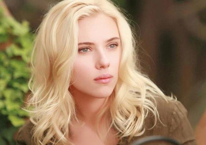 <p> Đến khi trưởng thành,Scarlett Johansson luôn nằm trong danh sách những mỹ nhân hấp dẫn nhất hành tinh. Vai diễn nổi tiếng nhất của cô làBlack Widow trong loạt phim về các siêu anh hùng Marvel. Bên cạnh đó,Scarlett Johansson cũng có những bộ phim ấn tượng khác như <em>Her, Under the Skin</em> hay<em>Lost in Translation.</em></p>