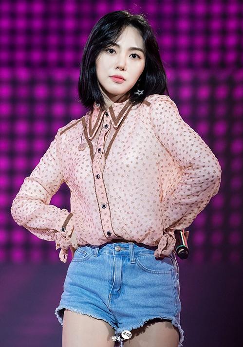 Dù có thể gặp tai nạn sân khấu bất cứ lúc nào, các cô gái AOA vẫn vô tư mặc đồ sexy không cần phụ tùng đi kèm.