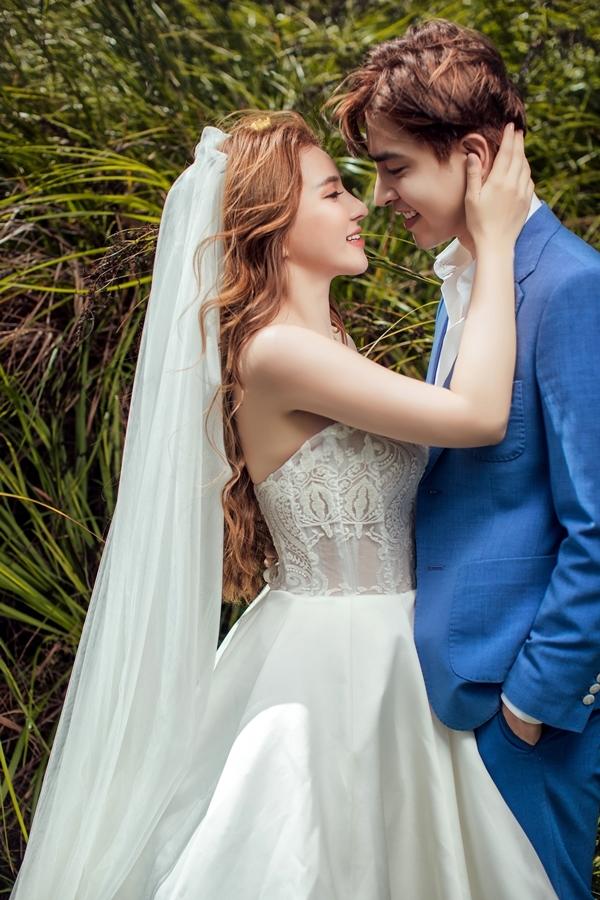 <p> Thu Thủy nở nụ cười tươi trong bộ váy cô dâu. Chú rể Kin Nguyễn lịch lãm với vest.</p>