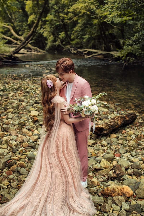 <p> Phong cảnh thiên nhiên với nước, cây xanh góp phần khiến ảnh cưới thêm lãng mạn.</p>