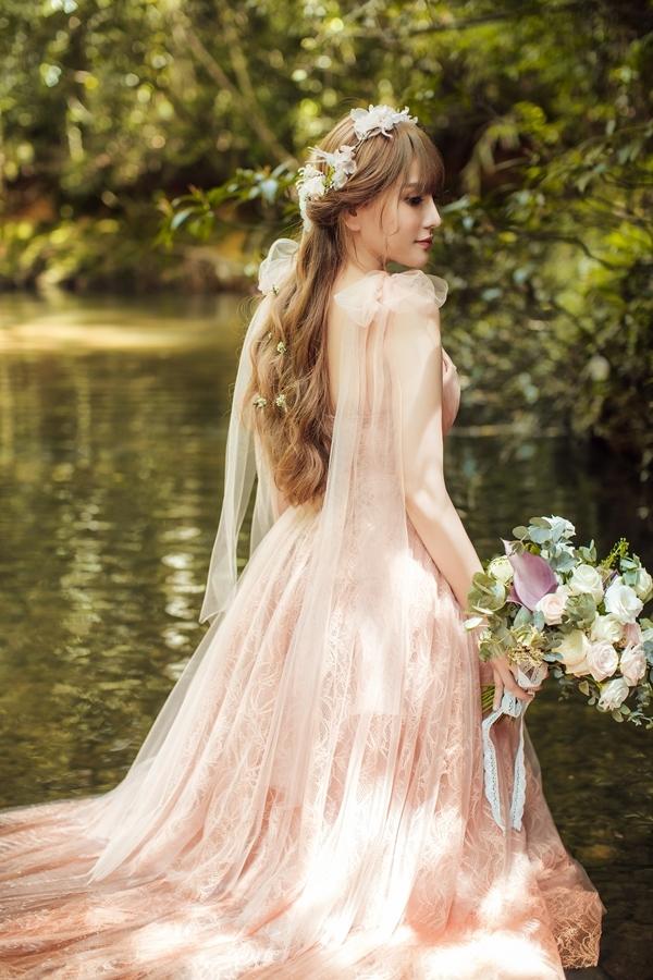 <p> Không phải lần đầu diện váy cưới nhưng trong lòng Thu Thủy mang nhiều cảm xúc đặc biệt. Cô cảm thấy an tâm khi bên người đàn ông có thể sẻ chia nhiều điều, sẵn sàng yêu thương con trai riêng.</p>