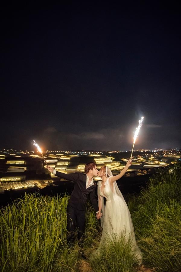 <p> Đám cưới của cả hai đang được giữ bí mật về thời gian, địa điểm cụ thể. Thiệp cưới đã được gửi đến tay một số bạn bè thân thiết.</p>