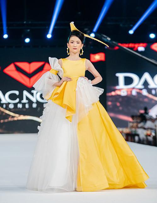 Diện những bộ cánh cầu kỳ đi kèm mũ trang trí, các người mẫu nhí đến từ Việt Nam không gặp khó khăn khi trình diễn mà vẫn tự tin catwalk trên giày cao gót.