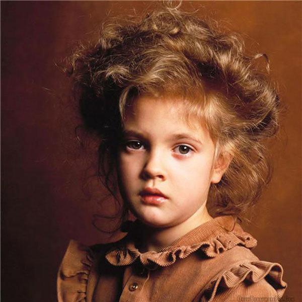 <p> Sự thành công của phim đã giúp Drew Barrymore trở thành sao nhí nổi tiếng tại Hollywood, đồng thời cũng khiến cô có một tuổi thơ trượt dài trong ánh hào quang.</p>
