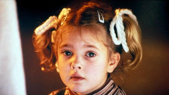 <p> Năm 3 tuổi,<strong>Drew Barrymore</strong> đã được chọn đóng bộ phim nổi tiếng <em>E .T. the Extra-Terrestrial</em> (1982) của đạo diễn Steven Spielberg. Gương mặt như thiên thần củaDrew Barrymore khiến cô trở thành mẫu nhí được săn đuổi thời điểm đó. Mới 9 tuổi,Drew Barrymore đã nhận được đề cử Quả cầu vàng trong<em>Irreconcilable Differences.</em></p>