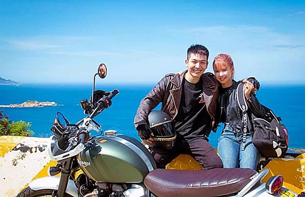 Vợ chồng Khởi My - Kelvin Khánh rủ nhau đi phượt bằng xe máy.