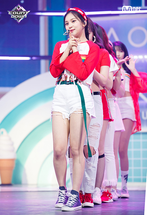 Netizen cũng không còn lạ lẫm với những bộ cánh siêu ngắn, khoe chân nhiệt tình của các thành viên GFriend.