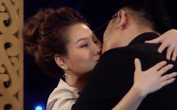 Nụ hôn sâu gây tranh cãi tại Lựa chọn của trái tim.