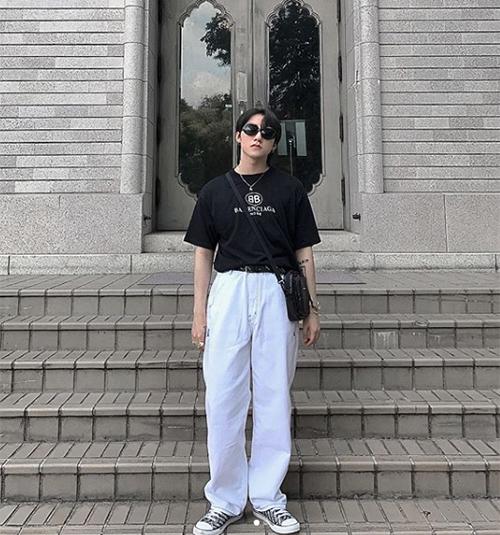 Trong nhiều hình ảnh street style, Sơn Tùng được fan bình luận là trông rất cưng với thân hình nhỏ bé như teen boy trong những bộ cánh ngỗ nghịch.