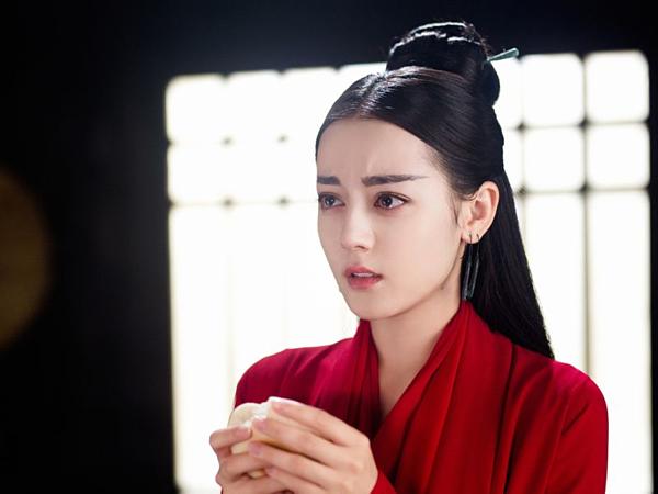 Cách trang điểm này phù hợp với làn da trắng của nữ diễn viên 27 tuổi, đồng thời giúp gương mặt khá Tây của cô thêm phần cổ điển Á Đông.