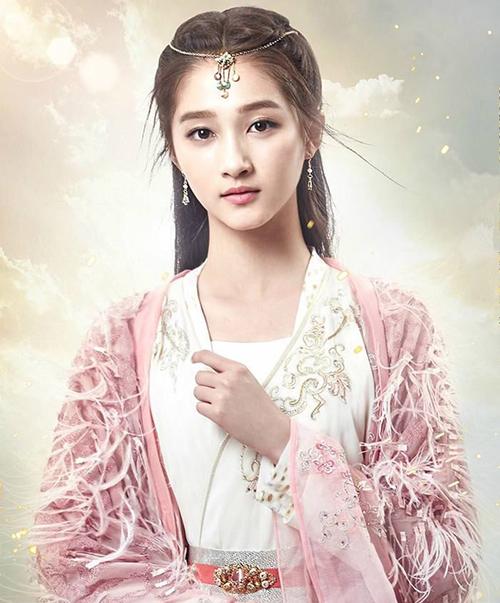 Quan Hiểu Đồng có vẻ đẹp nữ tính, nhẹ nhàng, rất thích hợp với lối trang điểm tông hồng được cô gắn bó trong các bộ phim.
