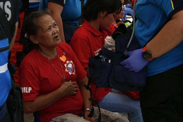 Một người ủng hộ cựu đệ nhất phu nhân ôm bụng