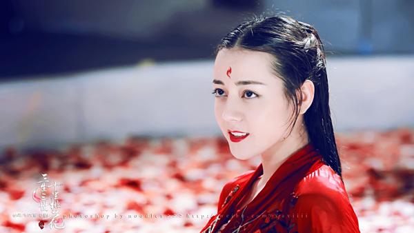 Nếu Triệu Lệ Dĩnh trung thành với hình ảnh trong sáng, Địch Lệ Nhiệt Ba lại gây ấn tượng với lối makeup đậm đà, sắc sảo qua nhiều tác phẩm gây sốt.