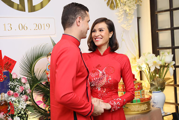 Cô dâu và chú rể không giấu được vẻ hạnh phúc trong ngày vui. Phương Mai liên tục cười rạng rỡ và e thẹn.