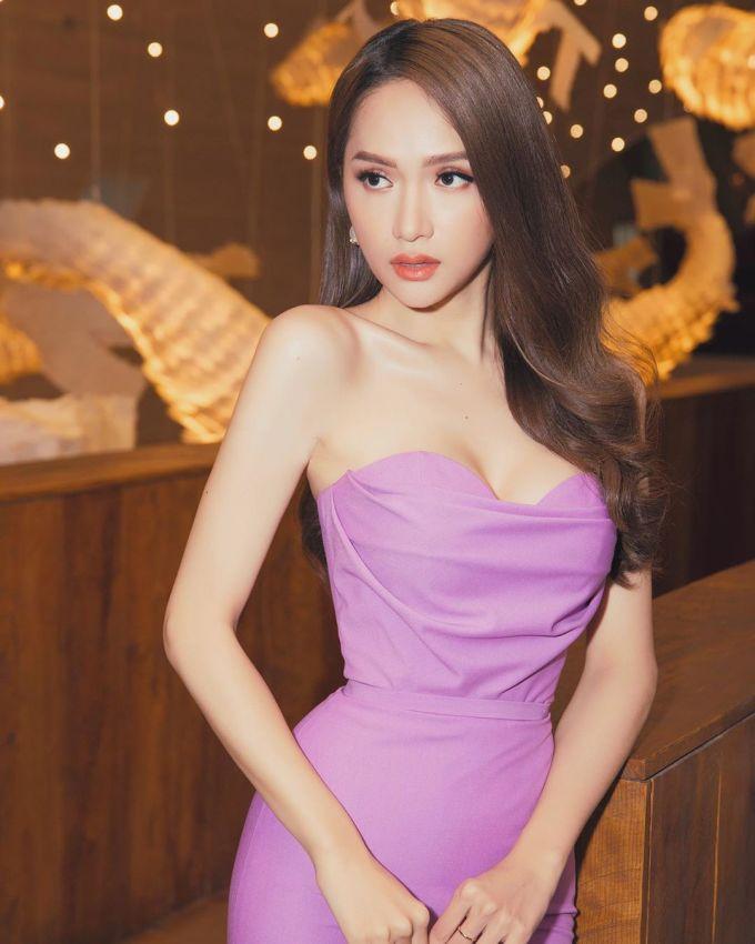 <p> Hoa hậu Hương Giang cũng lăng xê kiểu tóc uốn cổ điển nhưng chưa bao giờ lỗi mốt này.</p>