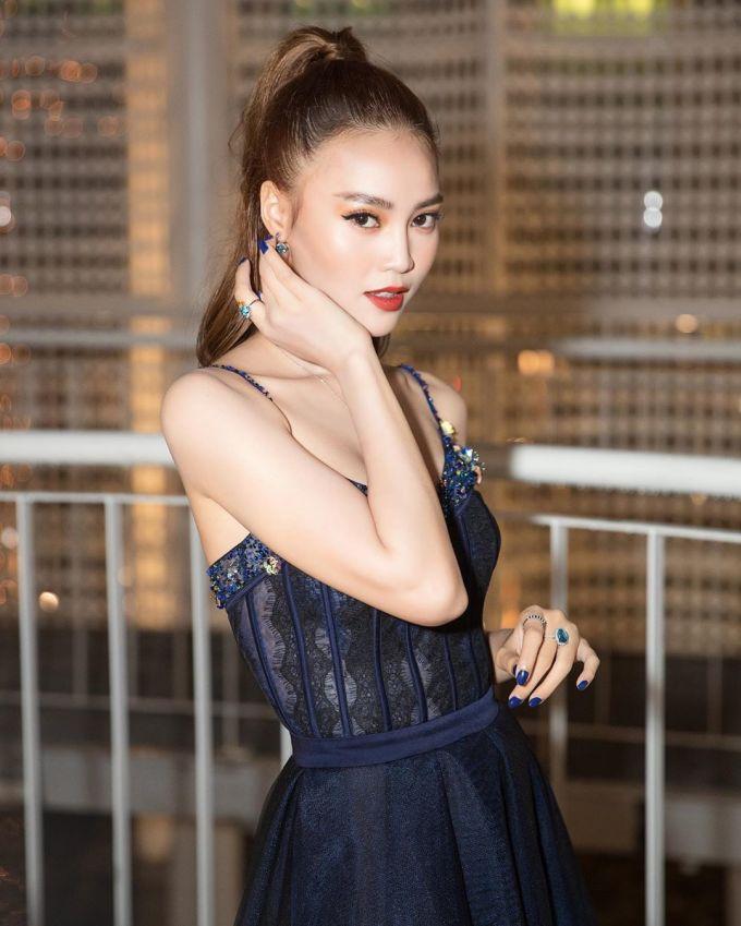 """<p> Ninh Dương Lan Ngọc cũng bị """"chinh phục"""" trước kiểu tóc buộc cao ấn tượng. Cô nàng chọn lối makeup sắc sảo đi kèm để thêm thu hút ánh nhìn.</p>"""