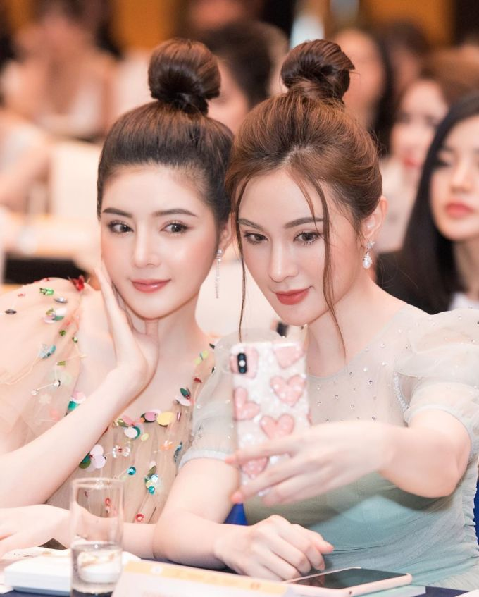 <p> Hot girl Kelly Nguyễn và Lily Luta thêm xinh xắn nhờ mái tóc búi trẻ trung.</p>