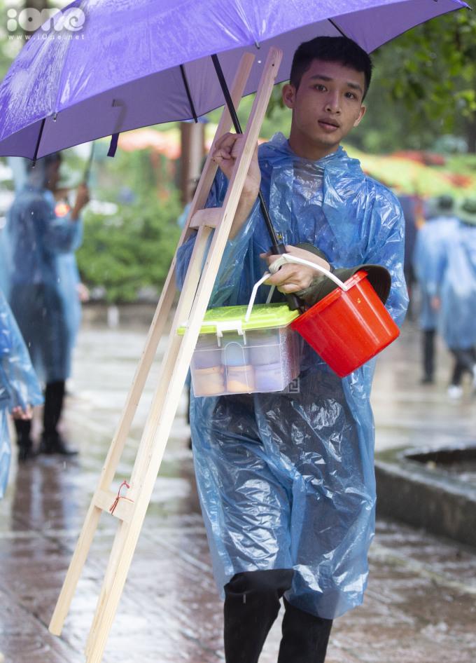 <p> Cơn mưa khiến các thí sinh vất vả hơn các buổi thi khác.</p>