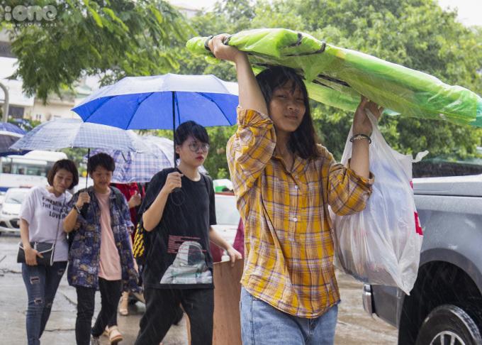 <p> Do ảnh hưởng bão số 2 nên thời tiết Hà Nội sáng nay có mưa khá lớn. Các thí sinh phải dùng ô, mặc áo mưa đến điểm thi.</p>