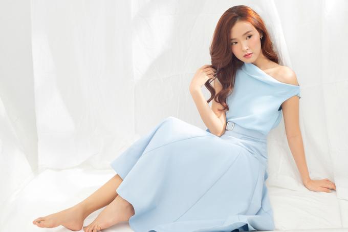 <p> Trong bộ ảnh mới, Midu khoe vẻ đẹp ngọt ngào với những kiểu váy lệch vai, hai dây. Cách trang điểm nhẹ nhàng, nữ diễn viên tự tin khoe vẻ đẹp thanh xuân.</p>
