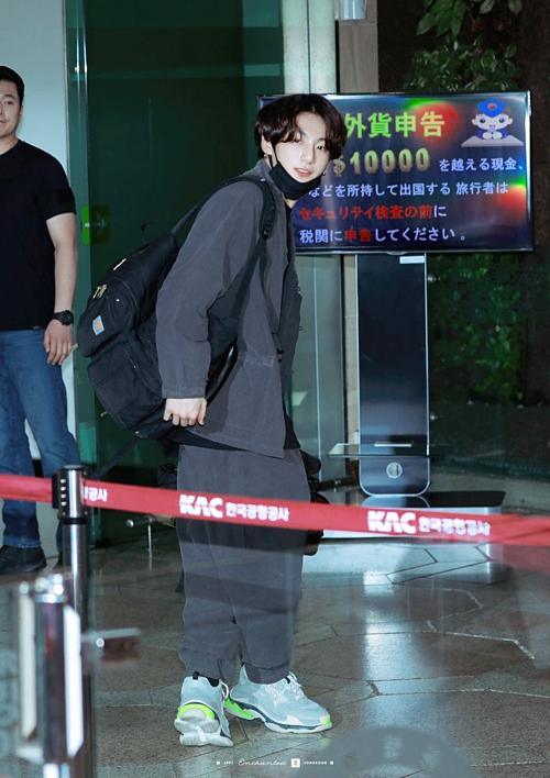 Jung Kook đốn tim fan bởi vẻ ngoài toát lên khí chất boyfriend. Anh chàng trung thành với style đơn giản, diện đôi Balenciaga Triple S làm điểm nhấn cho set đồ.