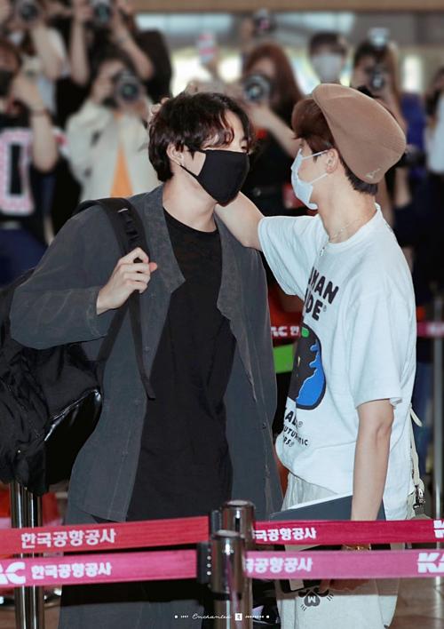 BTS hút sự chú ý tại sân bay, bộ đôi HopeKook khiến fan hú hét - 2