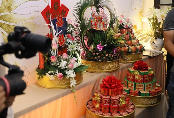 Sính lễ được gia đình Marcin mang đến để hỏi cưới Phương Mai.