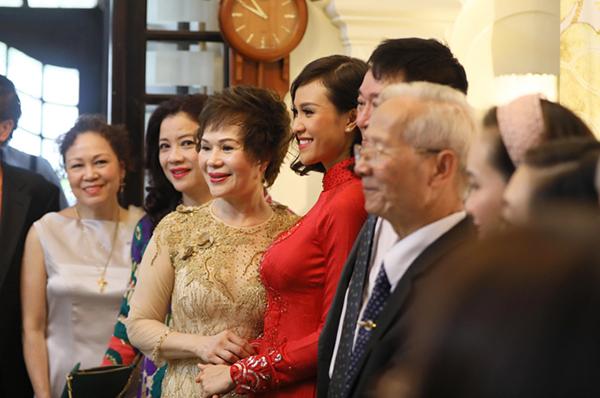 Trước khi chú rể đến, Phương Mai tranh thủ chụp hình kỷ niệm cùng các thành viên gia đình.