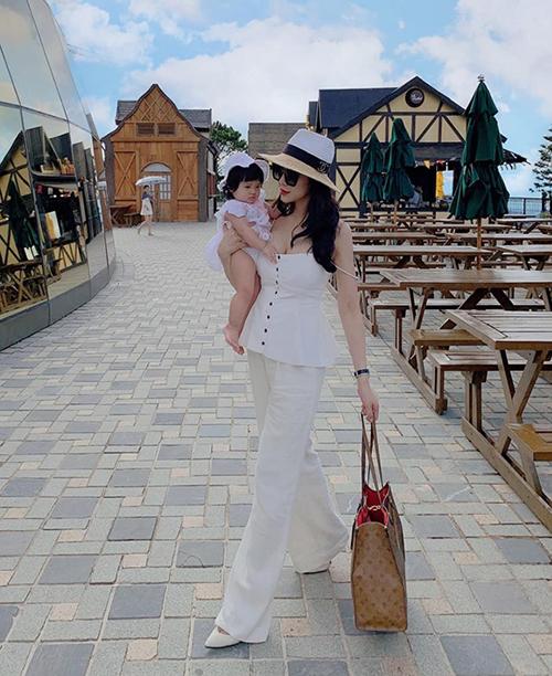 Bà bầu Diệp Lâm Anh sành điệu bế con đi du lịch.