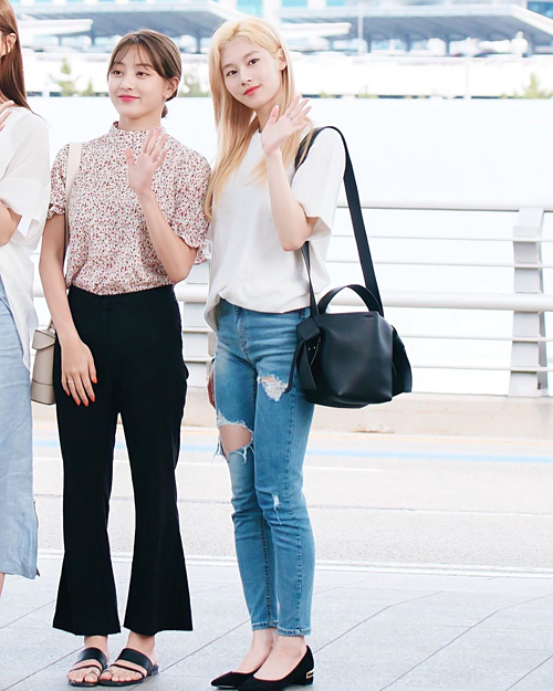 Sana (Twice) cũng gây chú ý với outfit cá tính, kết hợp áo phông trắng họa tiết monogram và quần jeans rách trên đùi giá hơn 1,3 triệu.