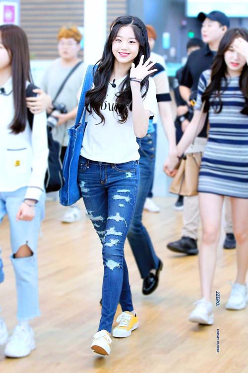 Center 15 tuổi của IZONE - Jang Won Young bắt kịp trào lưu thời trang sân bay khi diện quần jeans rách bụi bặm.
