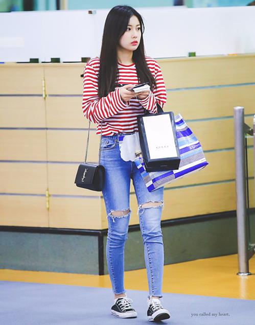 Không thua sút đồng đội, Kang Hye Won (IZONE) cũng lên đồ với quần jeans rách tạo điểm nhấn cho tổng thể.