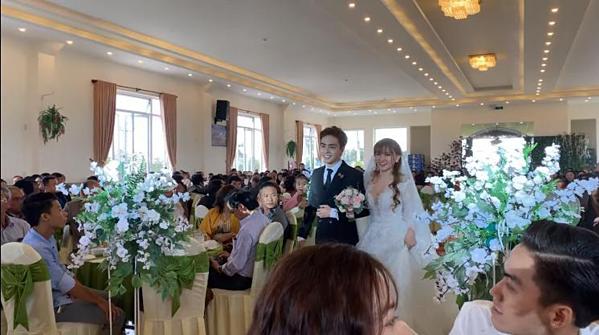 Vợ chồng Thu Thủy bước vào lễ đường.