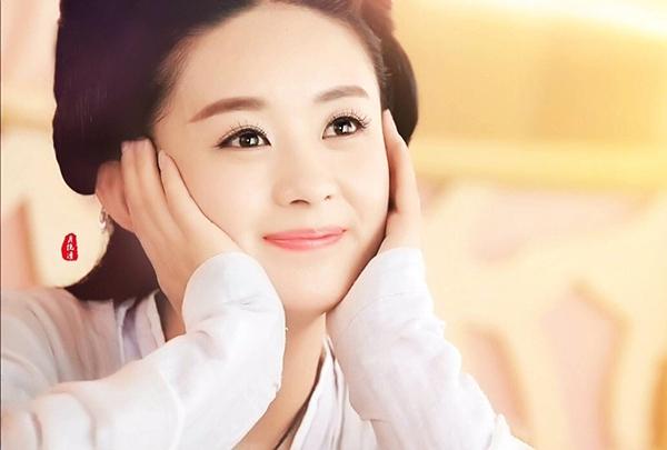 Theo bình chọn trên Sina, Triệu Lệ Dĩnh là một trong những mỹ nhân có lối makeup đẹp nhất trong các bộ phim cổ trang. Với gương mặt tròn trịa trong sáng, cô phù hợp với cách trang điểm trong veo, nhẹ nhàng.