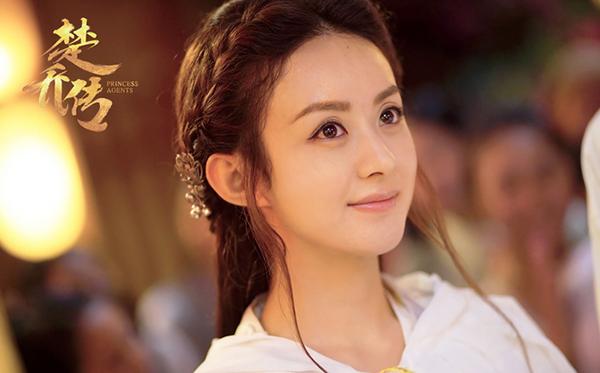 Từ Hoa Thiên Cốt cho đến Sở Kiều truyện, người đẹp không thay đổi nhiều trong cách làm đẹp. Cô trung thành với lối makeup giúp mắt to tròn, đôi môi tô màu cam nude tự nhiên, chỉ tươi tắn hơn môi thật một chút.